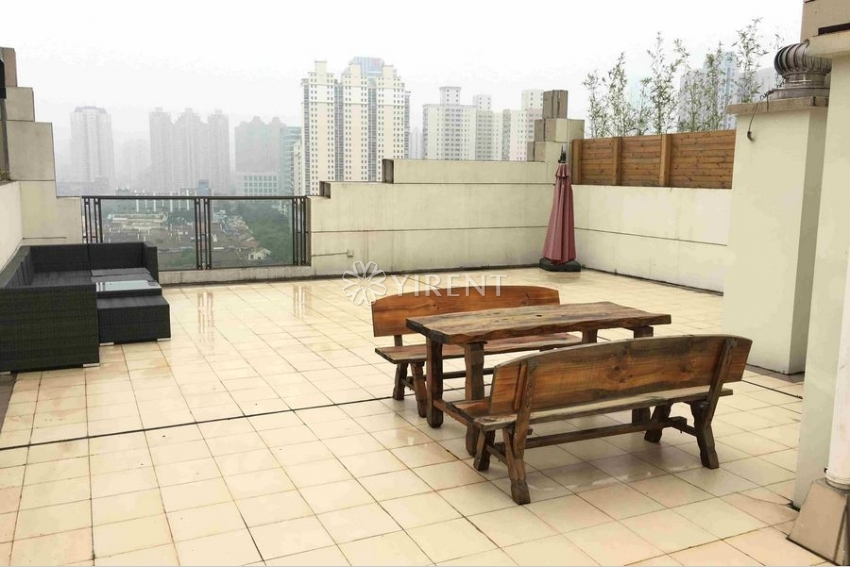 Apartment with Roof Terrace in Lakeville Regency